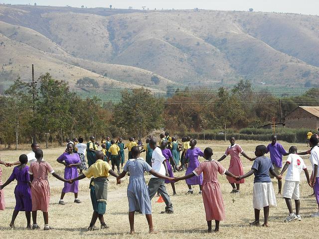 La législation congolaise fixe l'âge minimum de mariage à 15 ans pour les filles et à 18 ans pour les garçons. Mais l'autorisation du mariage à 15 ans est en contradiction avec les normes internationales sur les droits des enfants.